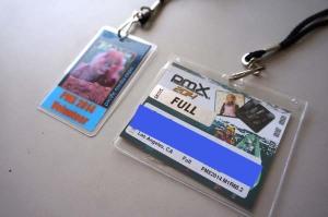 badge(バッジ)と呼ばれるチケット。常に首からかけていなければならない。